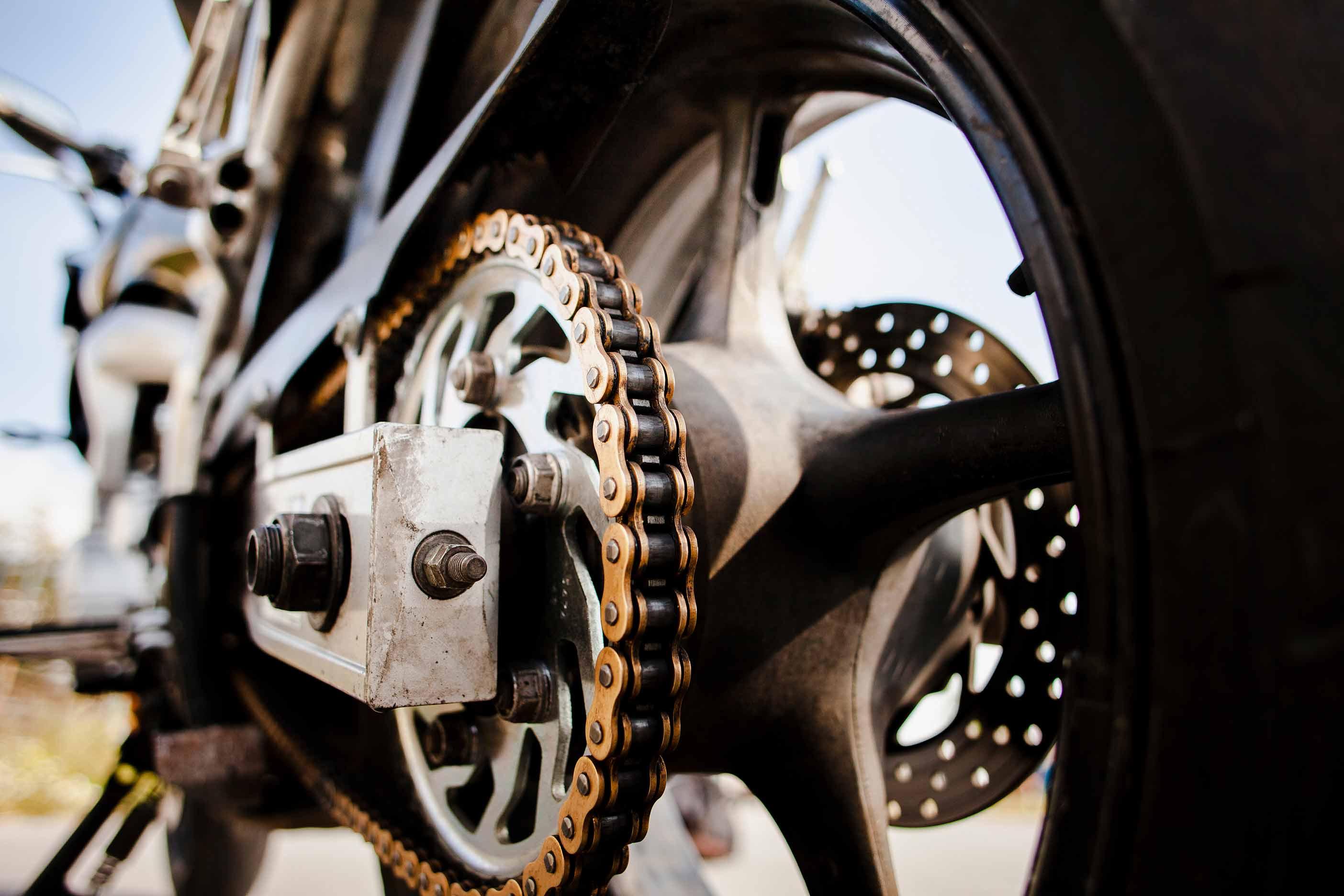 Cómo conducir una moto de marchas o automática
